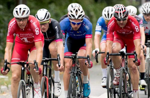 Axel Hauschke vorn – am Ende wird er dank guter Teamarbeit Vierter; rechts fährt Hans Hutschenreuter. Foto Thomas Laut