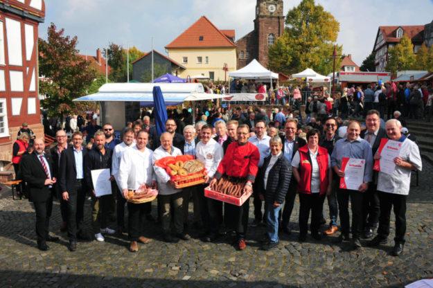 """Für beste Ware der Mitgliedsbetriebe der Fleischerinnung und Bäckerinnung, wird beim 8. Nordhessischen Wecke- un Worschtmarkt die Auszeichnung """"Qualität aus Hessen"""" verliehen. Foto: no"""