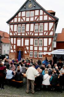 Eine Vielzahl von Ständen wird rund um das Historische Rathaus und die evangelische Stadtkirche die Gäste zum Verweilen einladen. Foto: no