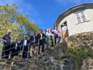 Das Bild zeigt Staatssekretär Mark Weinmeister mit Bürgermeister Dr. Nico Ritz und Mitgliedern des Rotary Clubs Homberg. Foto: nh