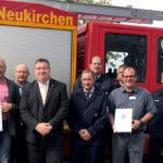 Mark Weinmeister, der hessische Staatssekretär für Europaangelegenheiten, hat am Montag einen Förderbescheid in Höhe von 265.600 Euro an die Neukirchener übergeben. Foto: nh