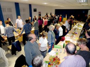 Die 85 Synodalen stellten sich im Gemeindehaus in Olberode unter den Segen, den Ihnen Pfarrerin Stephanie Fink (Olberode) zusprach. Foto: nh