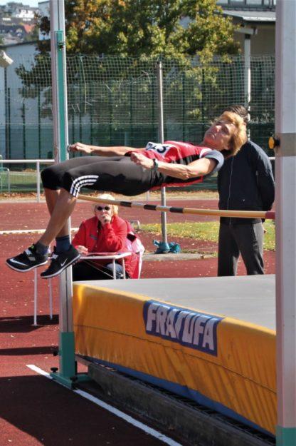 Mit einer sehr guten Technik überspringt die 60-jährige Jutta Pfannkuche die Höhe von 1,36 m. Foto: nh
