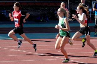 Sarah Langheld sichert sich den Sieg über 75m in der W13. Auf Platz drei kam ihre Trainingspartnerin Pia Gille, die mit 11,20 Sek. eine persönliche Bestzeit lief. Foto: nh