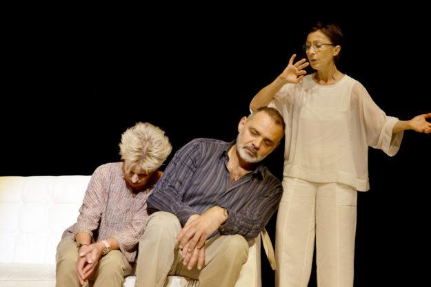 Tanja Schumann, Giovanni Arvaneh und Renan Demirkan versuchen es im Statttheater mit einer Paartherapie. Foto: Bernd Boehner