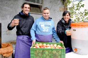 Apfelsaft frisch aus dem Mußer und der Kelter gab es bei (von links) Matthias Dülfer, Tobias Schlienbecher und Catharina Klein-Moddenberg. Foto: Hephata
