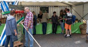 Am Stand der Hephata Diakonie: Nicht nur die handgemachten Besen und Bürsten sind bei Besuchern des Herbstmarktes in Stadtallendorf beliebt. Foto: nh
