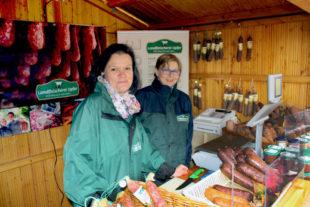 Auch im Verkaufsstand der Landfleischerei Opfer findet die Ahle Wurscht reißenden Absatz. Foto: GrimmHeimat