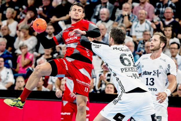 Szene aus dem Liga-Hinspiel in Kiel, im September: Yves Kunkel steigt vor der THW-Abwehr hoch. Foto: Käsler