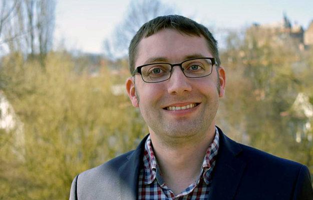 """Physiker Dr. Diego Semmler (FRIE WÄHLER) richtet am Wahlabend in Hochrechnungen sein Augenmerk auf """"Sonstige"""". Foto: n"""