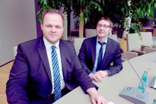 Engin Eroglu (li.) und Dr. Diego Semmler im Stadtverordnetensitzungssaal des Gießener Rathauses. Foto: nh