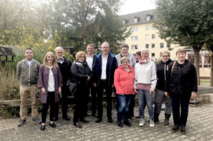 FDP-Landtagsabgeordnete Wiebke Knell (2.v.l.), Landtagskandidat Dr. Ralf-Urs Giesen (5.v.l.) und FDP-Ortsvorsitzender Dr. Richard Gronemeyer beim Gruppenfoto auf dem Außengelände der Kinderarche gemeinsam mit Pfarrer Wolfram Köhler (6.v.l.), Kita-Leiterin Dorothee Schäfer (3.v.r.) und Vertreterinnen und Vertretern aus dem Erzieher-Team und der Elternschaft. Foto: nh