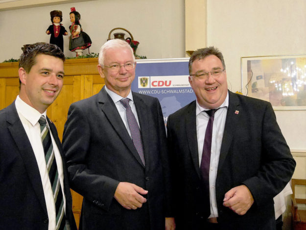 Roland Koch gemeinsam mit den beiden Kandidaten Matthias Wettlaufer (li.) und Mark Weinmeister (re.). Foto: nh
