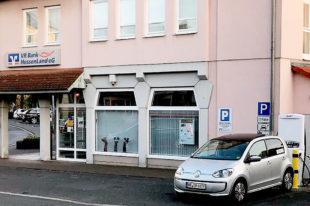 """Während der Wagen an der VR-Bank in der Schnellladestation """"auftankt"""", ist der kleine Einkauf in der City erledigt. Foto: nh"""