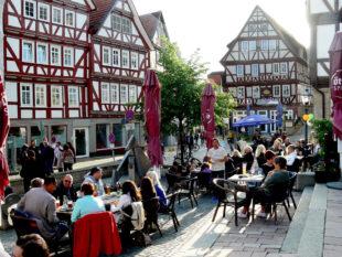 Ab den späten Nachmittagsstunden geht die Zeit in den Homberger Nachtmarkt über. Foto: nh