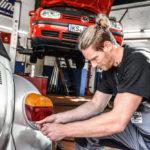 Europameister Tobias Reichmann wechselt die Seiten und arbeitet einen Tag lang in der Kasseler Kfz-Werkstatt Stange. Foto: HWK Kassel