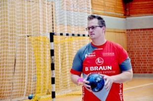 Beim Rollentausch nimmt KfZ-Meister Alexander Stange am Handballtraining der MT Melsungen teil. Foto: Käsler