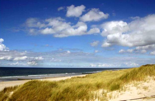 Auf Sylt lockt schon im April an manchen Tagen ein blauer Himmel zu Strandspaziergängen und Meer. Foto: SEK