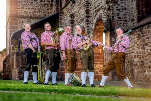Ob als Marching Band oder auf der Bühne, die Schwälmer Jungs sind die Garanten für gute Stimmung. Foto: nh