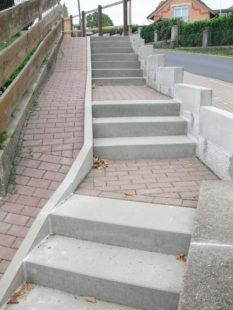 Die neue Treppenanlage vom Grundstück des Kindergartens in Holzhausen direkt auf den Spielplatz sorgt für einen sicheren Zugang. Foto: Uwe Dittmer