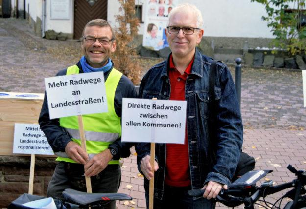 Ulli Horstmann (adfc Chattengau, li.) im Gespräch mit Direktkandidat Jörg Warlich bei der ersten Fahrrad-Demonstration im Chattengau. Foto: Warlich