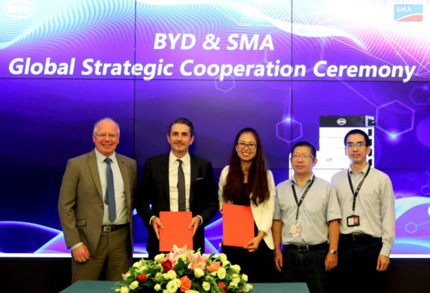 Von links: Günter Plny, Head of Global Strategic Purchasing, SMA; Nick Morbach, Executive Vice President Business Unit Residential & Commercial, SMA; Julia Chen, Global Sales Director, BYD Batteries; Michael He, Vice President, Head of BYD Battery Division; AD Huang, General Manager BYD MEA. Foto: nh
