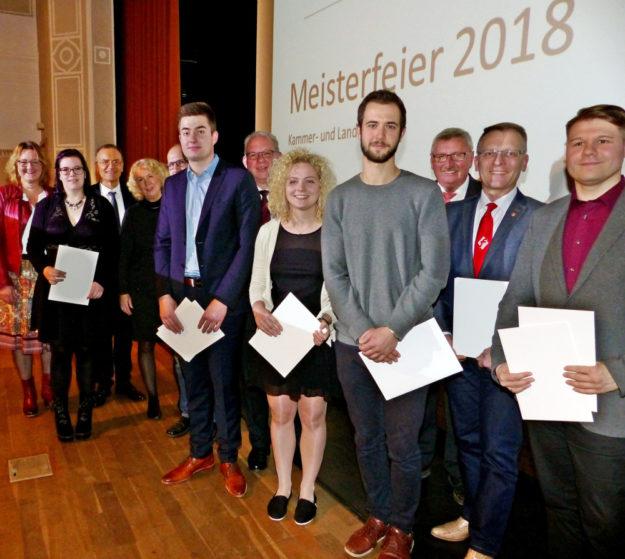 Erfolgreiche Auszubildende und Betriebe aus dem Schwalm-Eder-Kreis beim Leistungswettbewerb der deutschen Handwerksjugend. Foto: Scholz