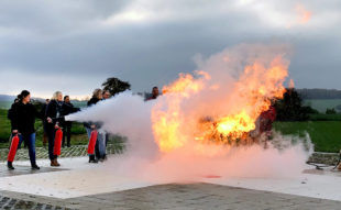 Mitarbeitende der Hephata-Klinik haben sich in einer kombinierten Schulung als Flug- und Brandschutzhelfer ausbilden lassen. Foto: Hephata