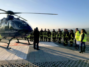 Die Feuerwehr Schwalmstadt ist von einem Piloten der Fliegerstaffel der Bundespolizei in die Sicherheitseinrichtungen eingeführt worden. Foto: Hephata