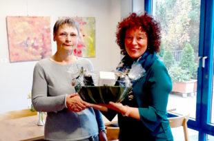 Zum 25. Dienstjubiläum bekommt Irmgard Martin (li.) von Bereichsleiterin Eva Ferreau einen Präsentkorb überreicht. Foto: Hephata