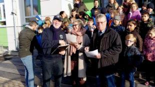 Hans-Dieter Nitsch, Birgit Kieburg und Heinz Marx (v. li.) bei der Übergabe der Patenschaftserklärungen. Foto: nh