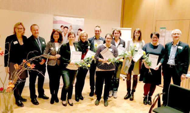 Von links: Ulrike Remmers (Regionalmanagement), Henning Scheele und Ulrike Fischer (beide AOK), Susanne Heddergott (Krieger & Schramm), Maria-Rosa Feustel (Technoform Bautec), Bernd Schmidt (TOPTWIN), Regina Wedemeyer (Staatstheater), Dorothee Bug (Bildungszentrum), Magdalena Berthold (Gemeinde Kaufungen), Doris Neidig (Staatstheater) und Dr. Jochen Gerlach (EKKW). Foto: nh