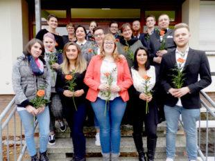 16 neue Absolventinnen und Absolventen der Altenpflege-Ausbildung an der Hephata-Akademie für soziale Berufe.