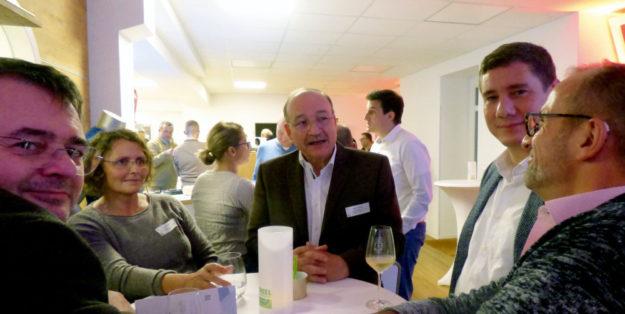 """Beim ersten """"meet & greet"""" außer Haus im Gespräch mit Dr. Bölkow (Mitte). Foto: nh"""