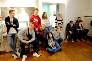 """Schüler der AG """"Schule ohne Rassismus"""" während der Führung in der Gedenkstätte Deutscher Widerstand Foto: Schattner"""