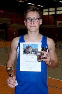 Janik Meyfarth (Wabern) holte sich den Pokal bei den Schülern und verbesserte den Kugelstoßrekord der M15 auf 15,80 m. Foto: nh