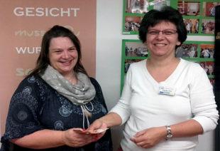 Spendenübergabe: Dagmar Scholling von der Selbsthilfegruppe und Claudia Thiel vom Sanitätshaus Thiel (re.). Foto: nh