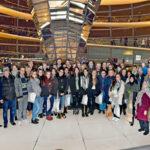 Gruppenbild der SoR-Reisenden, die Omid Nouripour als Pate in die Bundeshauptstadt eingeladen hatte.  Foto: Bundesregierung / Atelier Schneider