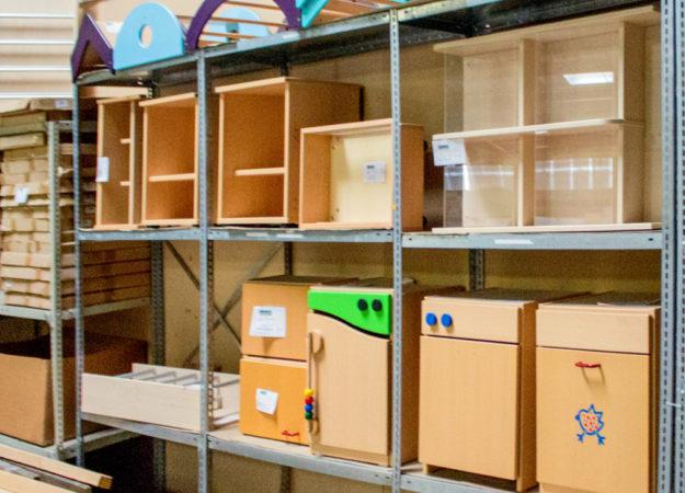 Ausstellungsstücke am Lager der Firma Ehring Markenmöbel in Homberg (Efze). Foto: nh