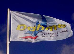 Weithin sichtbar weht hoch über der Küste die Ortsflagge als touristischer Wegweiser. Foto: nh