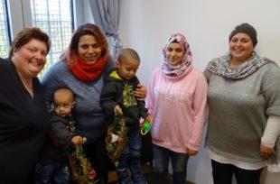 BLEIB-Beraterin Sabine Feisel, Yari DarNemer mit ihren ein- und drei-jährigen Kindern, Schwester Tabark und Mutter Kawkab (v. li.). Foto: Arbeit und Bildung e.V.
