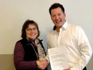 Gisela Tirpitz von der Frauenselbsthilfegruppe nach Krebs und Privatdozent Dr. med. Holger Engel vom Lymphnetz Mitteldeutschland haben den Kooperationsvertrag unterschrieben. Foto: nh