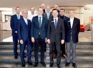 In Gründerstimmung hoben Repräsentanten von Stadt und Banken, Bürgern und Unternehmen die neue Stadtentwicklungsgesellschaft (SEG) Felsberg aus der Taufe. Foto: nh