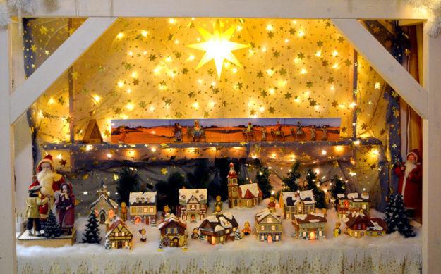 Stadtführerin Monika Faupel zeigt ihren Gästen den Gudensberger Weihnachtszauber. Foto: nh