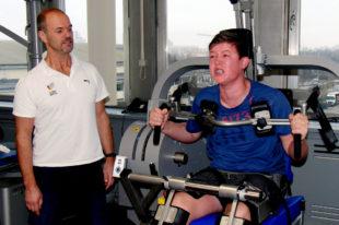 Sportwissenschaftler Reiner Günzl checkt Luis Andrés Hüftbeuger. Foto: nh