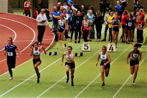 Alle Sprinterinnen kamen gut aus den Blöcken ...