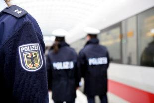 Abschreckung gegen Langfinger im Weihnachtsreiseverkehr: Bundespolizisten gehen auf Bahnhöfen und in Zügen verstärkt auf Streife.