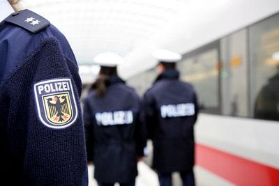 Abschreckung gegen Langfinger im Weihnachtsreiseverkehr: Bundespolizisten gehen auf Bahnhöfen und in Zügen verstärkt auf Streife. Foto: Bundespolizei