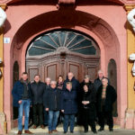 Bürgermeister Vesper (li.) und seine Schwälmer Delegation vor dem Thüringer Landtag. Foto: nh