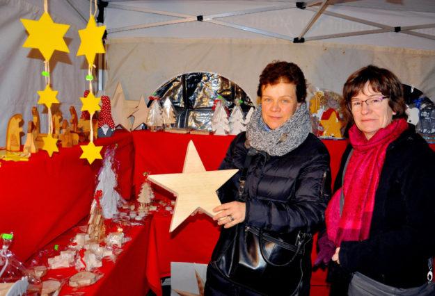 Handgemacht: Sterne und mehr aus Holz bewunderten Claudia Rott (li.) und Maria Petri am Stand der Hephata Diakonie. Foto: Hephata